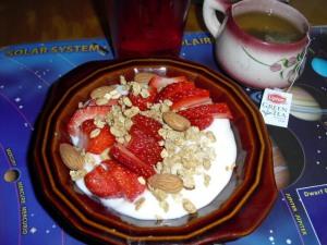 Yogurt natural con fresas, almendras, granola